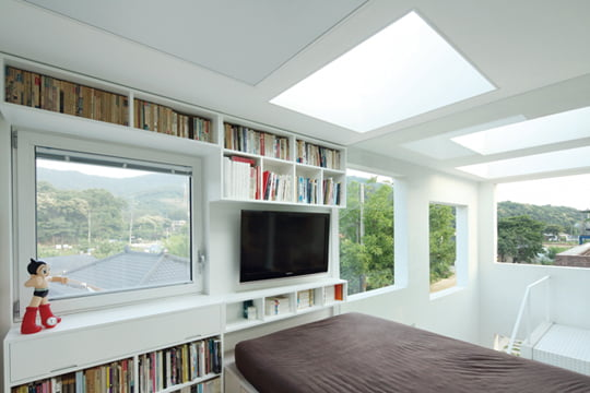 햇살이 쏟아지는 침실은 마치 원시적 주거 경험을 하는 것과 비슷한 느낌을 준다.