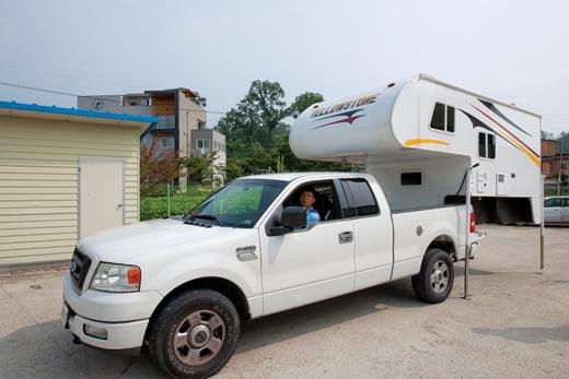 캠핑카는 크게 세 종류로 나뉜다. 자동차와 휴식 공간(카라반)이 하나로 연결돼 만들어진 모터카라반, 분리된 카라반을 일반 차량으로 견인해 가는 트레일러, 소형 트럭에 필요할 때마다 캠퍼 셸(camper shell)을 얹어 이동하는 '트럭캠퍼'로 구분된다.