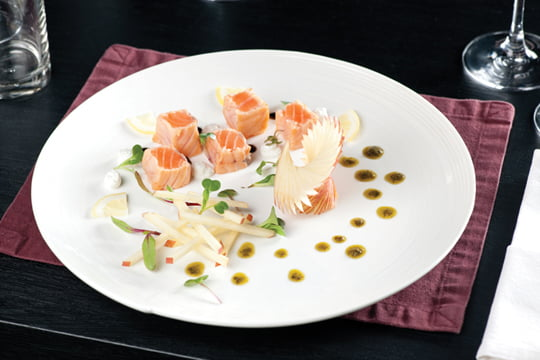 미소와 와사비로 맛을 낸 연어 샐러드. 잔뜩 모양을 낸 사과 프레젠테이션이 재미있다.