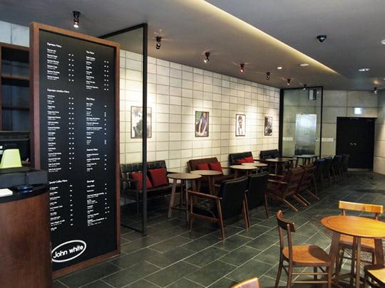 1층에 마련된 카페에서는 간단한 사이드 메뉴와 다양한 음료, 차를 즐길 수 있다.