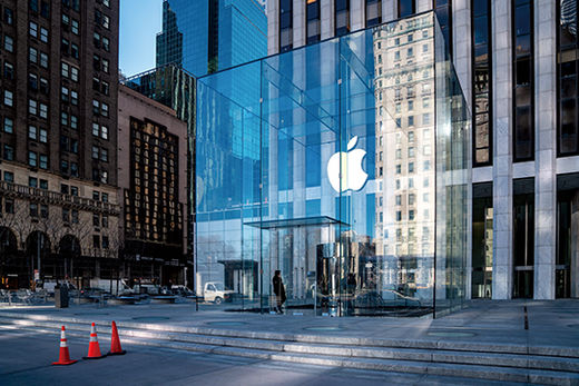 """NEW YORK, NY - MARCH 14: Apple's flagship 5th Avenue store is nearly empty on March 12, 2020 in New York City. Many New Yorkers are heeding the advice of officials after the state banned large gatherings of 500 people or more and recommended practicing """"social distancing"""" during the COVID-19 pandemic.   David Dee Delgado/Getty Images/AFP == FOR NEWSPAPERS, INTERNET, TELCOS & TELEVISION USE ONLY ==/2020-03-15 05:45:09/"""
