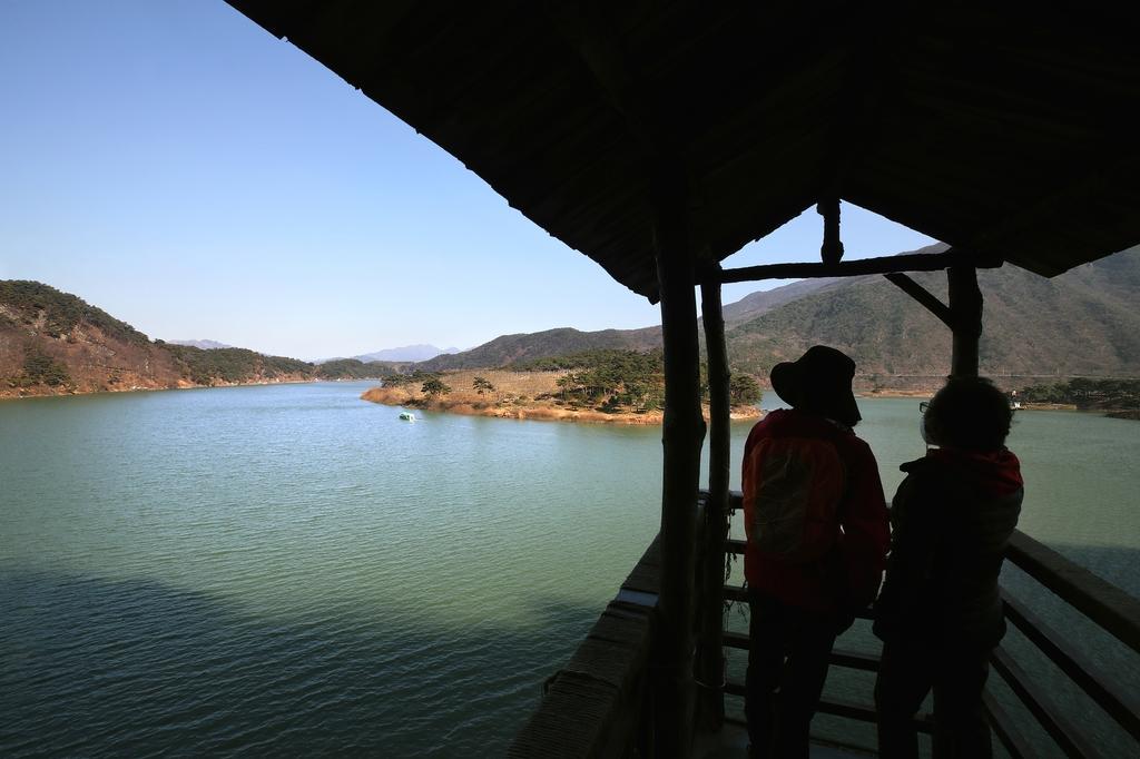 [걷고 싶은 길] 호수, 산, 숲에 안긴 괴산 산막이옛길