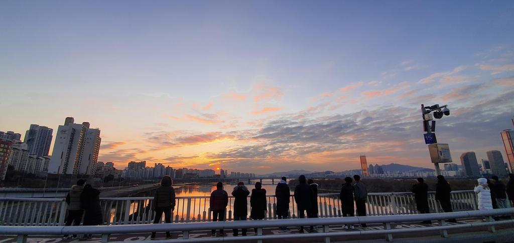 """새해 맞은 시민들 """"코로나 사라졌으면""""…남산·한강 찾기도"""