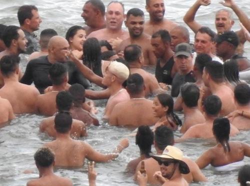 '방역 뒷전' 브라질 대통령, 이번엔 피서객과 뒤엉켜 물놀이