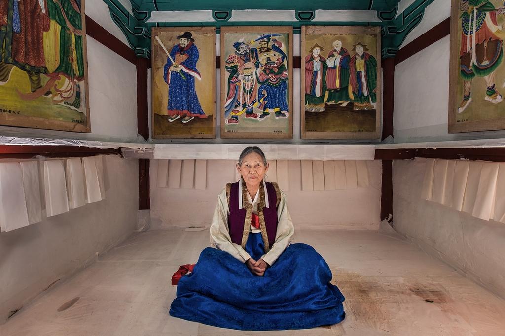 한국의 전통 신과 신화를 사진으로 탐구하다