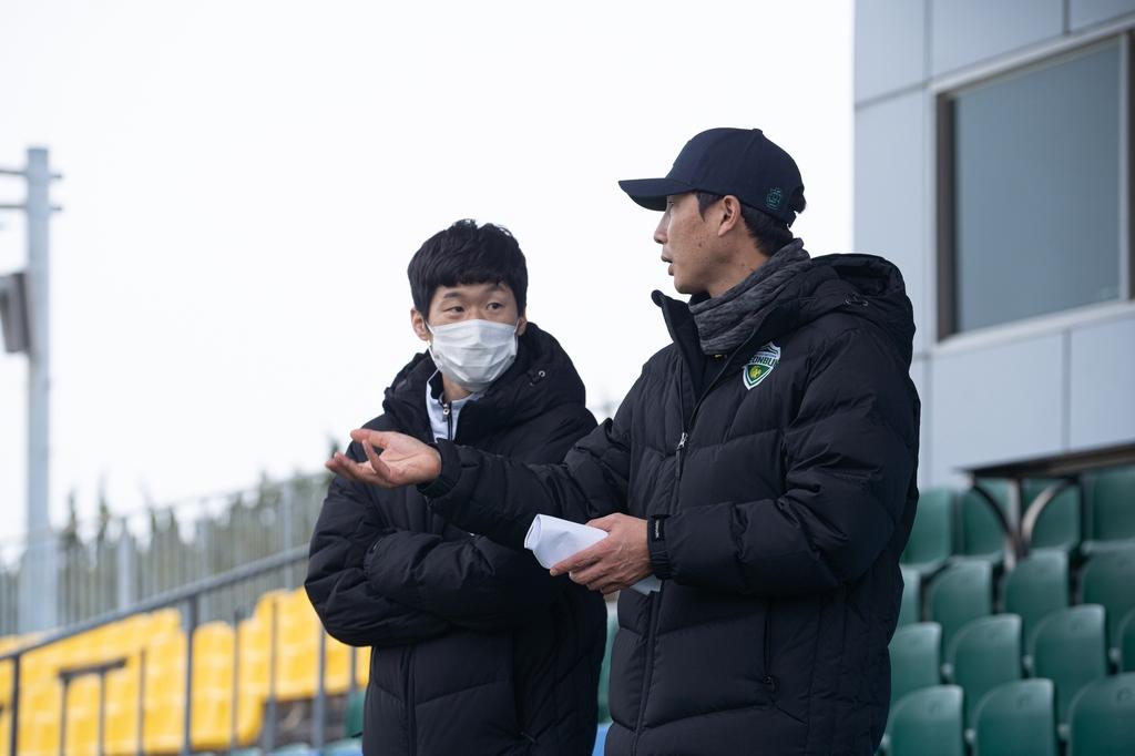 'Folder greetings' to GK coach Park Ji-sung and Lee Un-jae who visited Jeon Hoon-ji in Jeonbuk