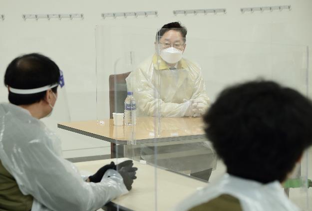 """동부구치소 수용자 만난 박범계 """"여러분도 우리 사회 일부"""""""