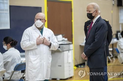 첫 외부일정 군병원 찾은 바이든…장병 격려·백신배포 점검
