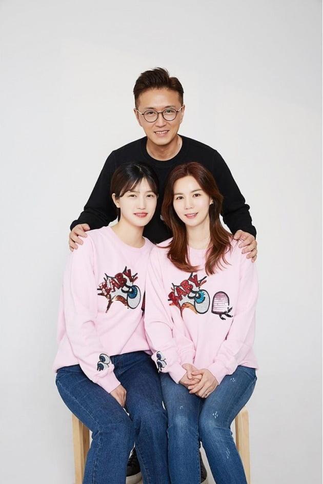 진태현, 박시은 부부와 입양한 딸의 가족사진.