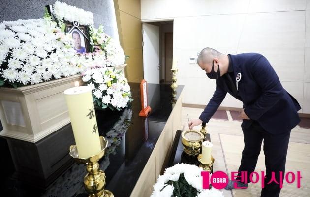 [TEN 포토] 故 빅죠 빈소 찾아 조문하는 홀라당 멤버 박재경