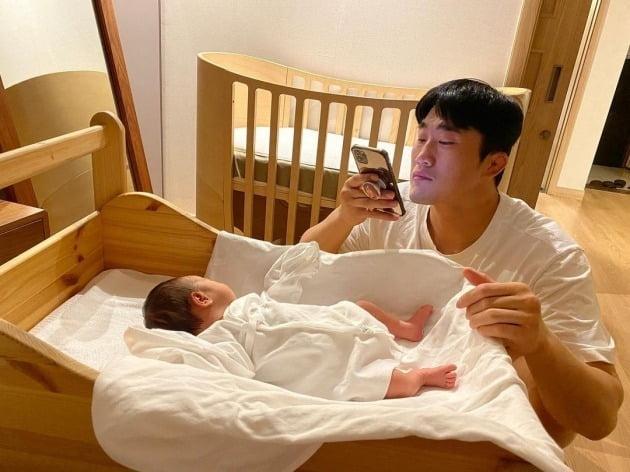 """'송하율♥' 김동현 """"예쁜 딸, 아빠 닮아가""""…딸 사진찍기 삼매경"""