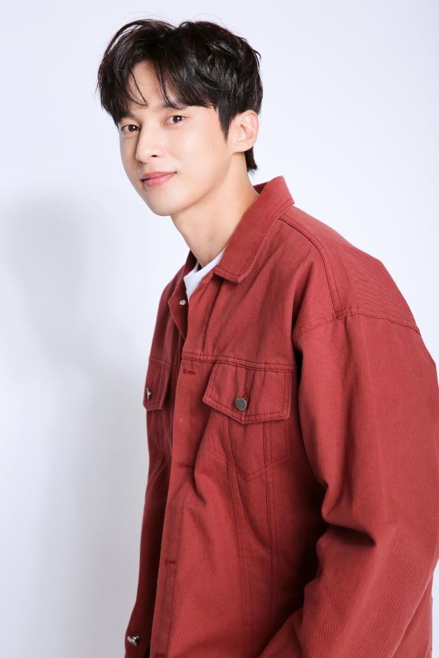 tvN 월화드라마 '낮과 밤'에서 포털사이트 'MODU'의 천재 해커이자 하얀밤 마을의 생존자 문재웅 역으로 열연한 배우 윤선우. /사진제공=935엔터테인먼트