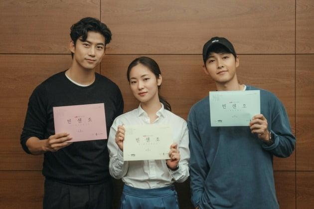 전여빈 옥택연&송중기 빈센조 대본 연습중  (사진=tvN 제공)