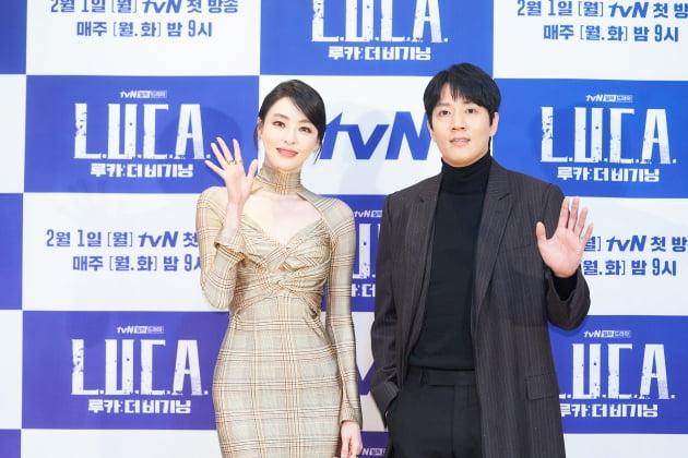 이다희(왼쪽)와 김래원이 27일 오후 온라인 생중계된 '루카: 더 비기닝' 제작발표회에 참석해 포즈를 취하고 있다. /사진제공=tvN
