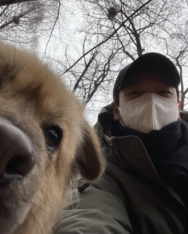 배우 조승우와 새 반려견 곰자/사진=경남 고성군 유기동물보호소 인스타그램