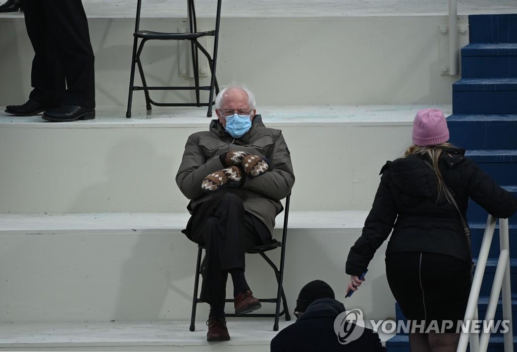 '취임식 신스틸러' 샌더스의 알록달록 털장갑 대량생산