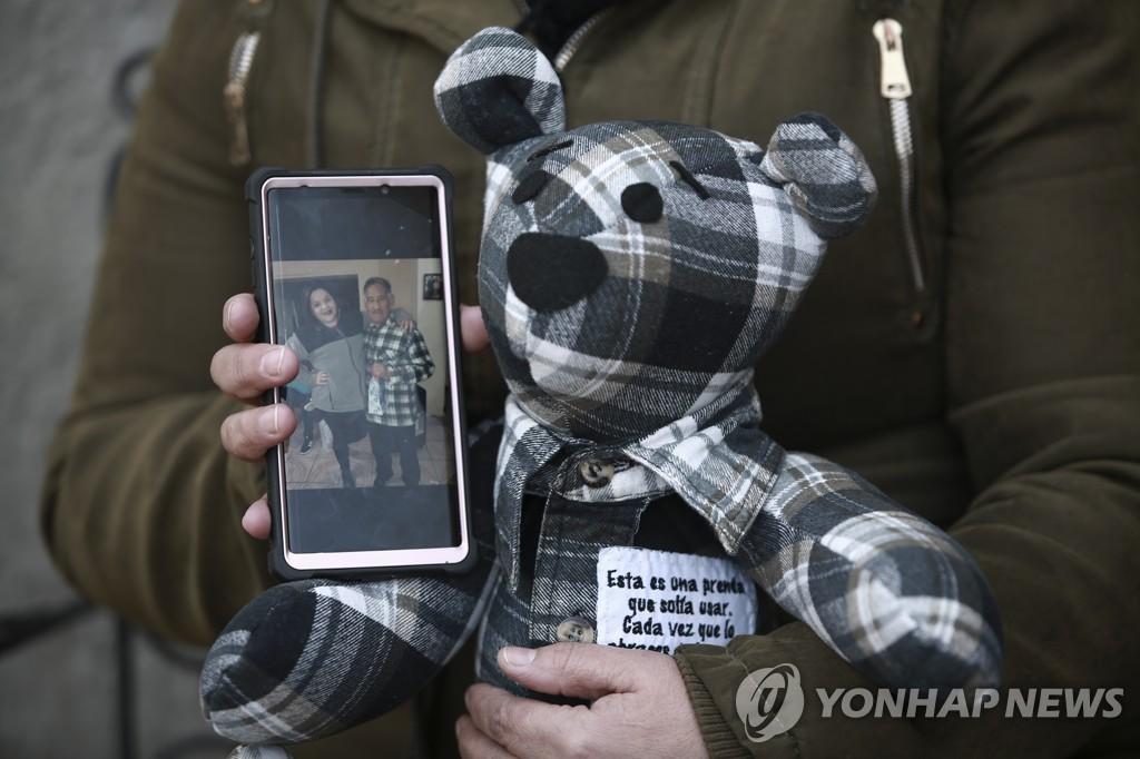 코로나19로 숨진 이들 옷으로 곰 인형 만드는 멕시코 여성