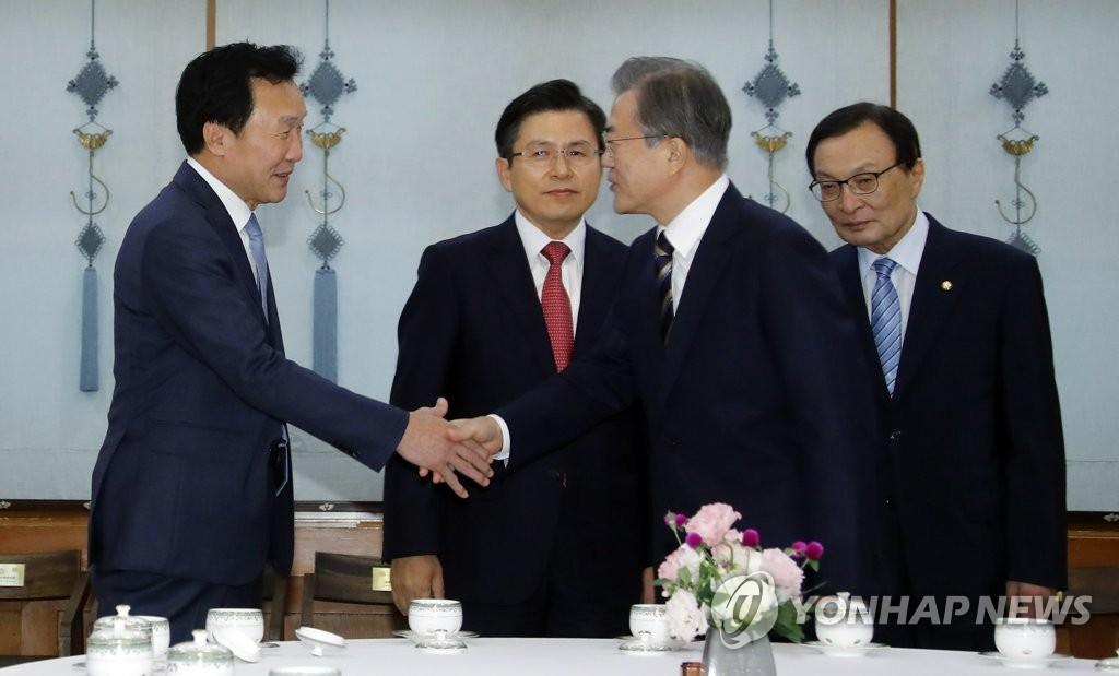 """손학규 """"文, 사면 시기 저울질…선거용 남겨둔 것"""""""
