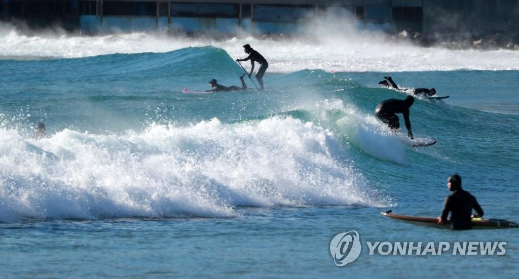 """[픽! 부산] """"바닷속이 더 따뜻해"""" 영하 12도 최강 한파에 서핑 황홀경"""