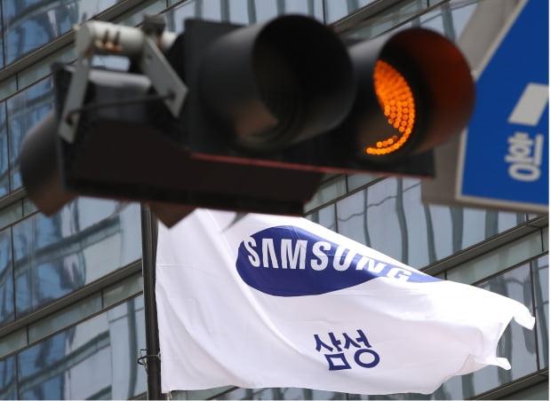 """삼성전자는 10일 SBS의 삼성바이오로직스 분식회계 관련 보도에 입장문을 내고 """"검증을 거치지 않은 보도를 자제해달라""""고 당부했다."""