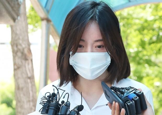 마약 투약 혐의로 구속기소 된 남양유업 창업주 외손녀 황하나(31) 씨가 2019년 1심에서 징역 1년에 집행유예 2년을 선고받고 구치소를 나오던 모습 /사진=연합뉴스