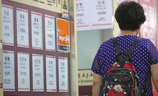 서울 송파구 잠실동의 한 부동산 중개업소에 아파트 매매 및 전·월세 정보가 부착돼 있다. /연합뉴스
