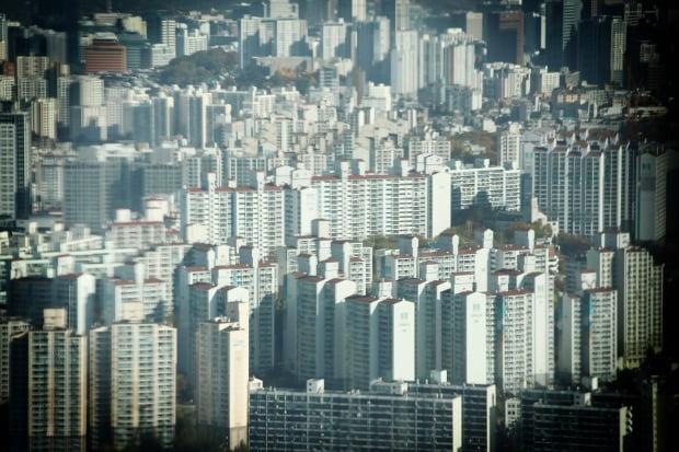 새해 들어 집값이 더 뛰면서 이젠 서울에서 외곽지역 아파트들도 10억원은 있어야 매매가 가능하다. 영등포구 63스퀘어에서 바라본 서울 시내 아파트 모습. /연합뉴스