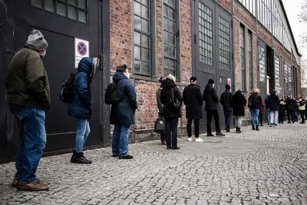 코로나19 백신 접종하러 줄 선 독일 베를린 시민. /사진=EPA