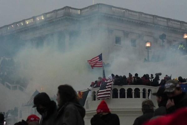 미국 워싱턴DC 국회의사당에서 6일(현지시간) 도널드 트럼프 대통령 지지 시위대와 경찰이 충돌하고 있다. 사진은 경찰이 시위대 난입을 막기 위해 최루탄을 쏜 사진/사진=REUTERS