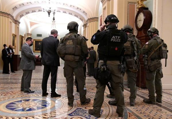 6일(현지시간) 미국 워싱턴DC 연방 의사당 상원 건물 내부에 경찰과 폭발물 단속국(ATF) 요원들이 출동해 경비하고 있다/사진=연합뉴스