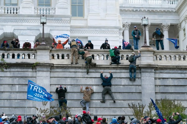 친(親)트럼프 시위대가 지난 6일 미국 워싱턴 의회에 난입하는 모습. AP연합뉴스