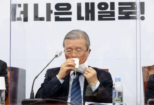 김종인 국민의힘 비상대책위원장이 지난 11일 국회에서 열린 비상대책위원회의에서 물을 마시고 있다. /사진=연합뉴스