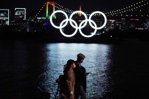 지난 11일 도쿄 오다이바 해양 공원에 설치된 오륜 조형물 앞을 행인들이 걷고 있다. /사진=AP·연합뉴스