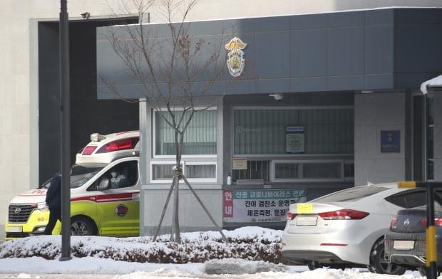 13일 오전 생활치료센터로의 이송 등을 위한 구급차가 서울 동부구치소를 나서고 있다. 사진 = 연합뉴스