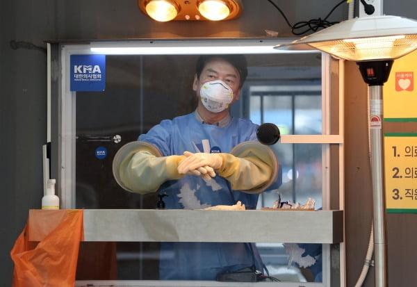 국민의당 안철수 대표가 15일 서울광장에 마련된 임시 선별검사소에서 의료 자원봉사에 나서 검체채취를 준비하고 있다. 사진=연합뉴스