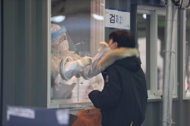 신종 코로나바이러스 감염증(코로나19) 신규 확진자가 닷새째 500명대를 유지하고 있는 16일 오전 서울역에 마련된 임시선별진료소에서 의료진이 검체채취를 하고 있다. 사진=연합뉴스