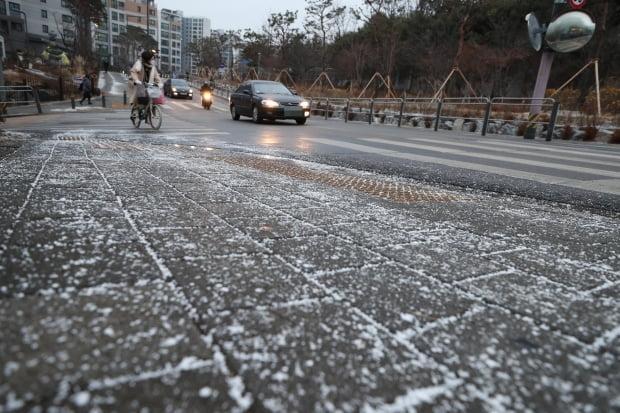 18일 아침 서울시 종로구 강북삼성병원 인근 인도와 도로에 뿌려진 염화칼슘이 녹지 않았다. /사진=연합뉴스