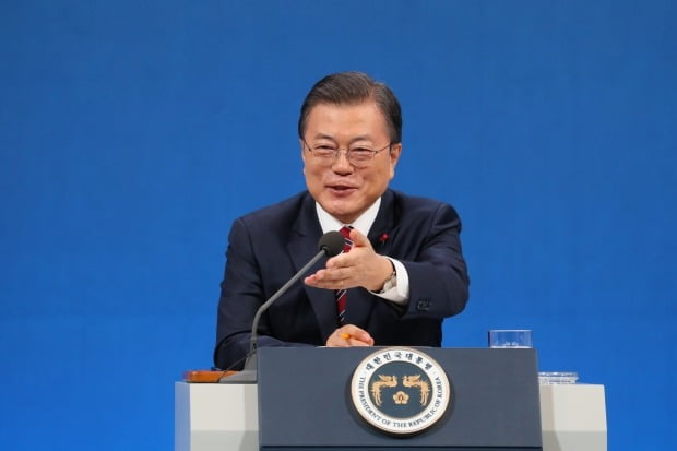 문재인 대통령이 18일 청와대 춘추관에서 열린 신년 기자회견에서 기자들의 질문을 받고 있다./ 사진=연합뉴스
