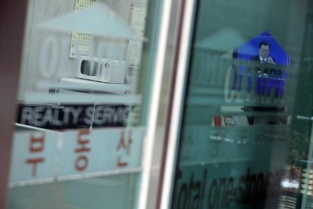 부동산중개업소에서 문재인 대통령의 신년 기자회견 생중계를 보고 있다. / 사진=연합뉴스