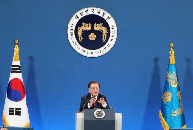 문재인 대통령이 18일 청와대 춘추관에서 열린 신년 기자회견에서 기자의 질문에 답하고 있다. (사진=연합뉴스)