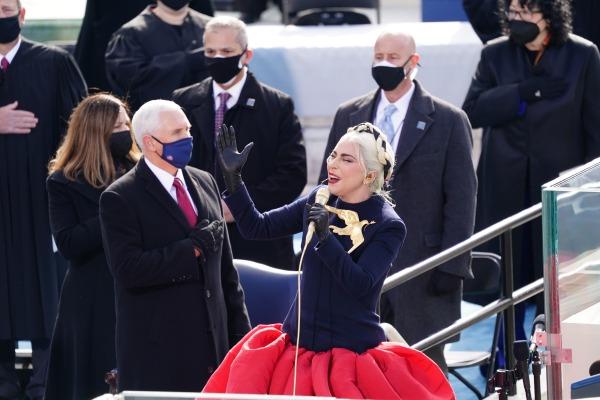 조 바이든 제46대 미국 대통령이 20일(현지시간) 워싱턴DC에서 공식 취임한 가운데 팝스타 레이디 가가가 미국 국가를 열창하고 있다. EPA연합뉴스