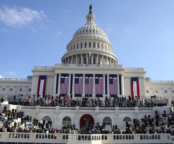 미국 워싱턴DC 연방 의사당 앞 야외무대에서 20일(현지시간) 조 바이든 46대 대통령의 취임식이 거행되고 있다/사진=EPA