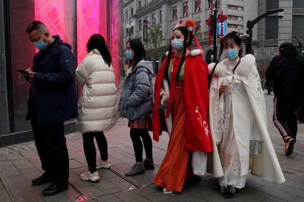 전통의상을 입은 중국 우한 시민들이 거리를 걷고 있다.  /사진=AP
