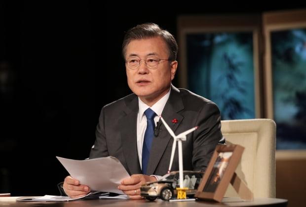 문재인 대통령이 27일 오후 청와대에서 화상으로 열린 2021 세계경제포럼(WEF) 한국정상 특별연설에 참석, 준비를 하고 있다. 사진=연합뉴스