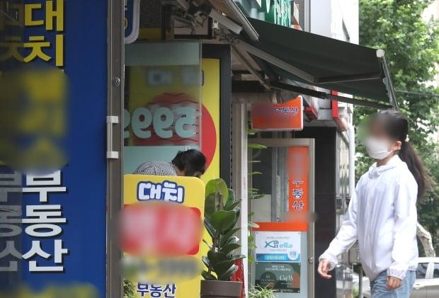 서울 대치동 아파트 밀집지역에 위치한 중개업소 전경. /뉴스1