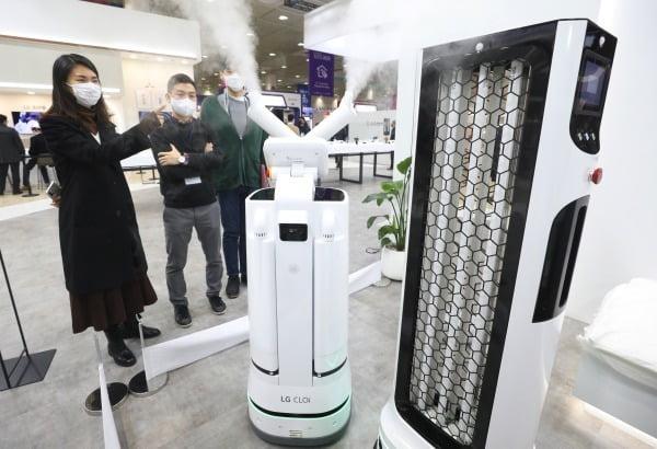 지난달 9일 서울 강남구 코엑스에서 열린 '2020 한국전자전(KES)'에서 공개된 'LG 클로이 살균봇'/사진=뉴스1