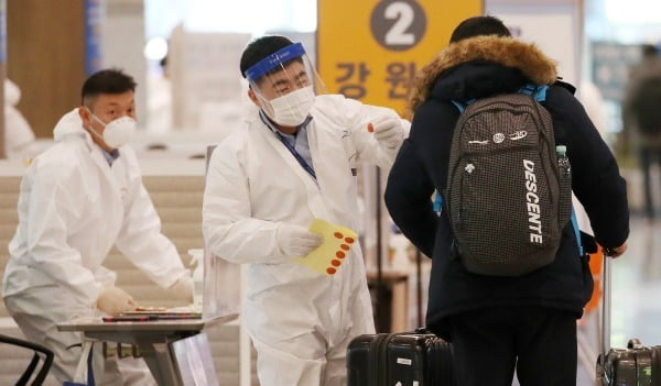 지난해 12월31일 인천국제공항 입국장에서 바르샤바발 입국자들이 방역 당국의 안내를 받고 있다. /사진=뉴스1