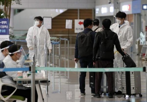 지난해 12월31일 인천국제공항 제2터미널 입국장에서 입국자가 방역 당국의 안내를 받고 있다. /사진=뉴스1