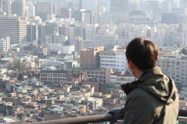 최근 서울 아파트 일부 단지에서 실거래가가 하락하는 모습을 보이면서 뒤늦게 시장이 뛰어든 매수자들이 불안감을 호소하고 있다. 인왕산 산책로에서 바라 본 서울 도심 전경. /뉴스1