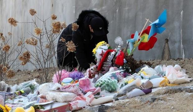5일 경기 양평 하이패밀리 안데르센 공원묘지를 찾은 추모객이 입양 후 양부모에게 장기간 학대를 당해 숨진 16개월 영아 정인이를 추모하고 있다. /사진=뉴스1